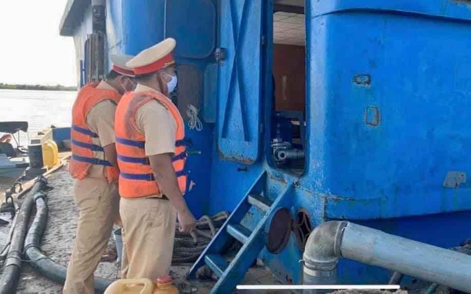 Photo of Ngạc nhiên CSGT đường thuỷ đuổi theo xà lan để cho 3 can xăng
