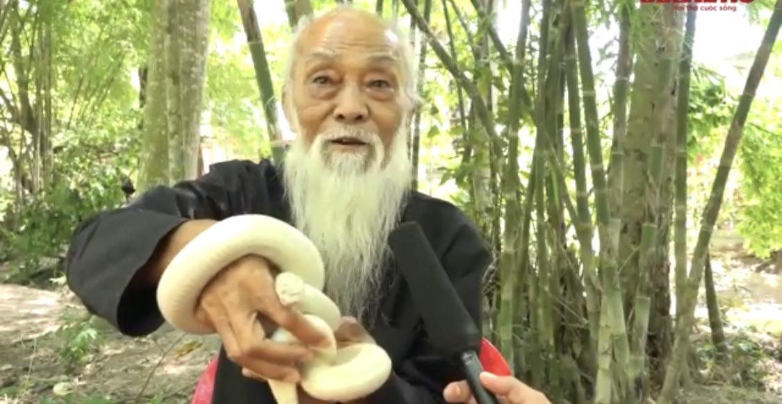 Photo of Cụ ông ở An Giang nuôi 'bạch xà' làm thú cưng